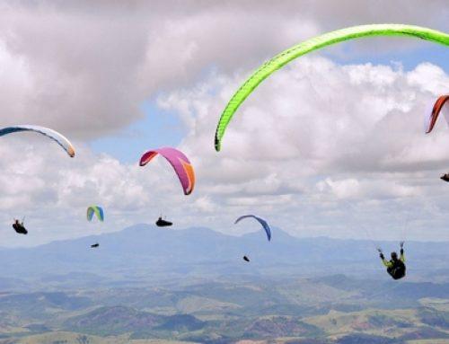 Planer au-dessus des collines ou des lacs